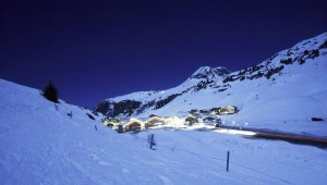 ROBINSON Club Alpenrose Zürs bei nacht im wunderschönen Tal