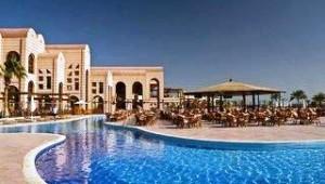 CLUB CALIMERA Akassia Swiss Resort Überblick über den Pool und die Poolbar