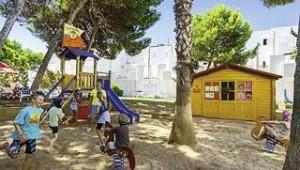 CLUB CALIMERA Es Talaial Kinderspielplatz unter den Pinienbäumen im Schatten