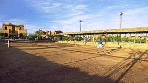 CLUB CALIMERA Habiba Beach Asche Tennisplatz mit Beleuchtung und Tennistrainer