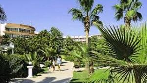 CLUB CALIMERA Kaya Side Gartenanlage mit zahlreichen Palmen und kleinen Wegen