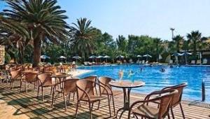 CLUB CALIMERA Sirens Beach Cafe mit Stühlen und Tischen direkt an der Poolanlage
