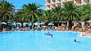 CLUB CALIMERA Sirens Beach Große Poolanlage und Hotelgebäude mit Garten