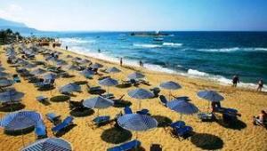 CLUB CALIMERA Sirens Beach Blick auf den Strand und das glitzernde Meer