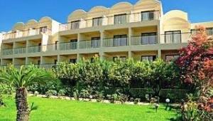 CLUB CALIMERA Sunshine Kreta Hotelgebäude umrahmt von einem schönen Garten