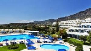 CLUB CALIMERA Sunshine Kreta Pool und Hotelgebäude mit Blick auf das Meer