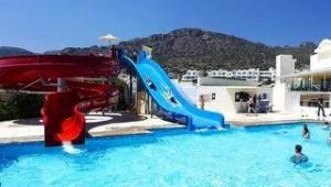 CLUB CALIMERA Sunshine Kreta Zwei lange Rutschen führen in die Poolanlage