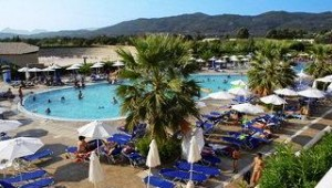 FUN CLUB Aquis Sandy Beach Resort Pool und Liegen rund um die Poolanlage