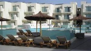 FUN CLUB HD Beach Resort Hauptgebäude mit Pool sowie Liegen und Sonnenschirme