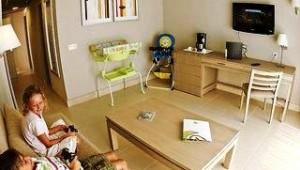 FUN CLUB HD Beach Resort Wohnzimmer des Doppelzimmers mit TV