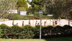 FUN CLUB Valentin Park Beachvolleyball spielen mit anderen Gästen im Garten