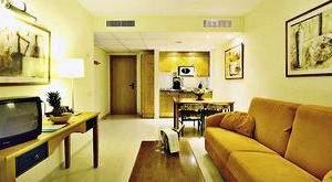 FUN CLUB Valentin Park Doppelzimmer mit Sofa und Fernseher