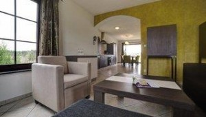 FUN CLUB Van der Valk Resort Linstow Großzügiges Wohnzimmer mit modernen Möbeln