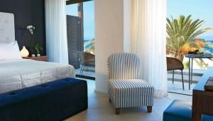 GRECOTEL Amirandes Superior Gästezimmer mit Balkon und direktem Blick auf das Meer