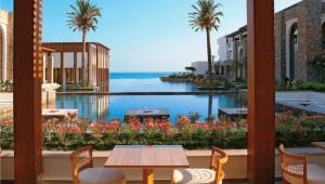 GRECOTEL Amirandes Terrasse des Restaurants mit kleinem See und tollem Meerblick