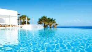 GRECOTEL Mykonos Blu Infinity Pool mit faszinierendem Blick auf das Meer