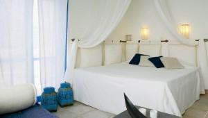 GRECOTEL Mykonos Blu Strandbungalow Schlafzimmer mit großem Bett