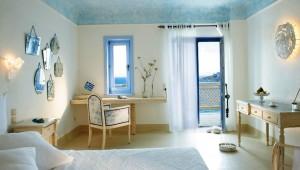 GRECOTEL Mykonos Blu Schlafzimmer des Strandbungalows mit direktem Blick auf die Bucht