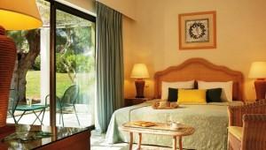 GRECOTEL Rhodos Royal Doppelzimmer mit Terrasse und Blick in den Garten