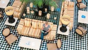 ROBINSON Club Playa Granada Lobby mit Stühlen und Sesseln sowie Rezeption