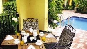 Florida Rundreise Frühstückstisch auf der Terrasse des Grandview Gardens Bed & Breakfast