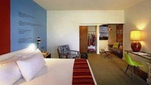 Florida Rundreise Postcard Inn on the Beach Doppelzimmer mit Schreibtisch und Sessel