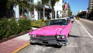 Rundreise Florida Alter Cadillac am Straßenrand in Miami Beach