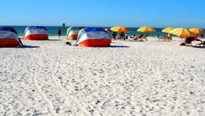 Rundreise Florida Sonnenschirme am Strand von Fort Myers Beach