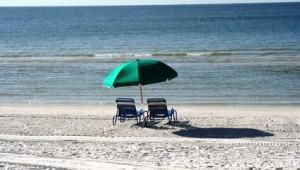 Rundreise Florida Sonnenschirm und Liege am Strand von Fort Myers Beach