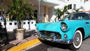 Rundreise Florida historisches Auto am Straßenrand von Miami Beach