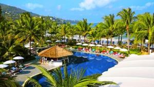 Thailand Rundreise Die Poollandschaft des Kamala Beach Resorts, mit Blick auf das Meer