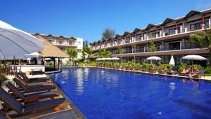 Thailand Rundreise Kamala Beach Resort Blick auf den Pool und das Hotelgebäude