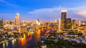 Thailand Rundreise Die nächtliche Skyline von Bangkok mit dem Chao Phraya Fluss