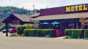 Rundreise Westküste USA Miners Inn - Eingang mit Parkplatz