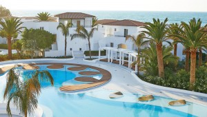 Die exquisite Poolanlage des GRECOTEL Caramel Boutique Resort