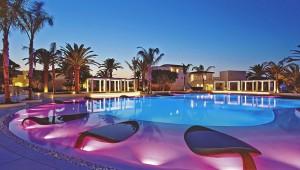 Ein Blick auf den in Szene gesetzten Pool des GRECOTEL Caramel Boutique Resort