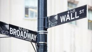 Straßenschild in New York City, Wall Street und Broadway