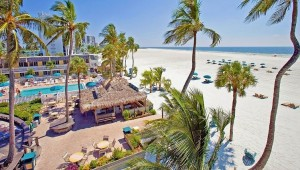 The Outrigger Beach Resort Strand und Pool