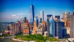 Blick auf die Skyline von New York City und den Battery Park