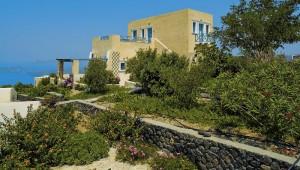 Inselhopping Griechenland Reise Aegagros Caldera Houses Hauptgebäude