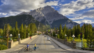 Busrundreise-USA-Banff-National-Park-Strasse-Banff-Lake-Louise-Tourism-Paul-Zizka-1
