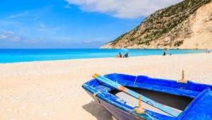 Griechenland Inselhüpfen Reise - Fischerboot am Strand von Kefalonia